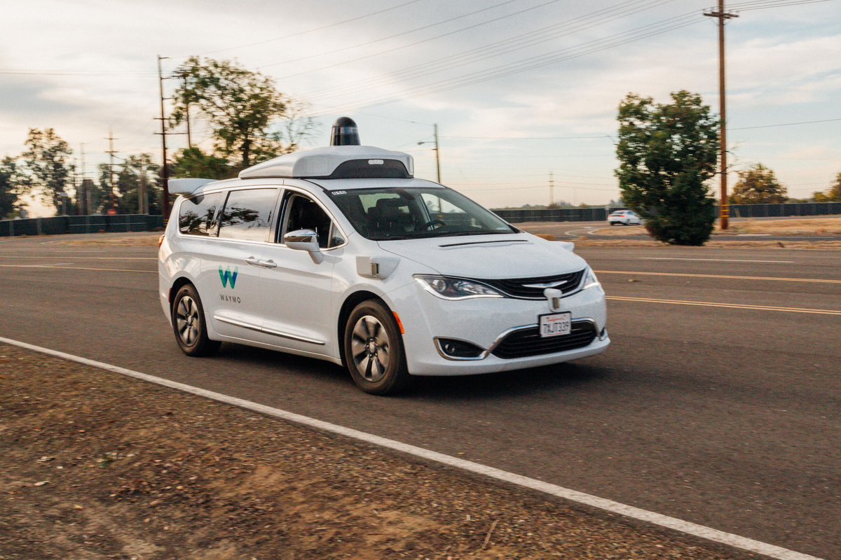 #video | Waymo taught its self-driving cars to understand gestures controllers